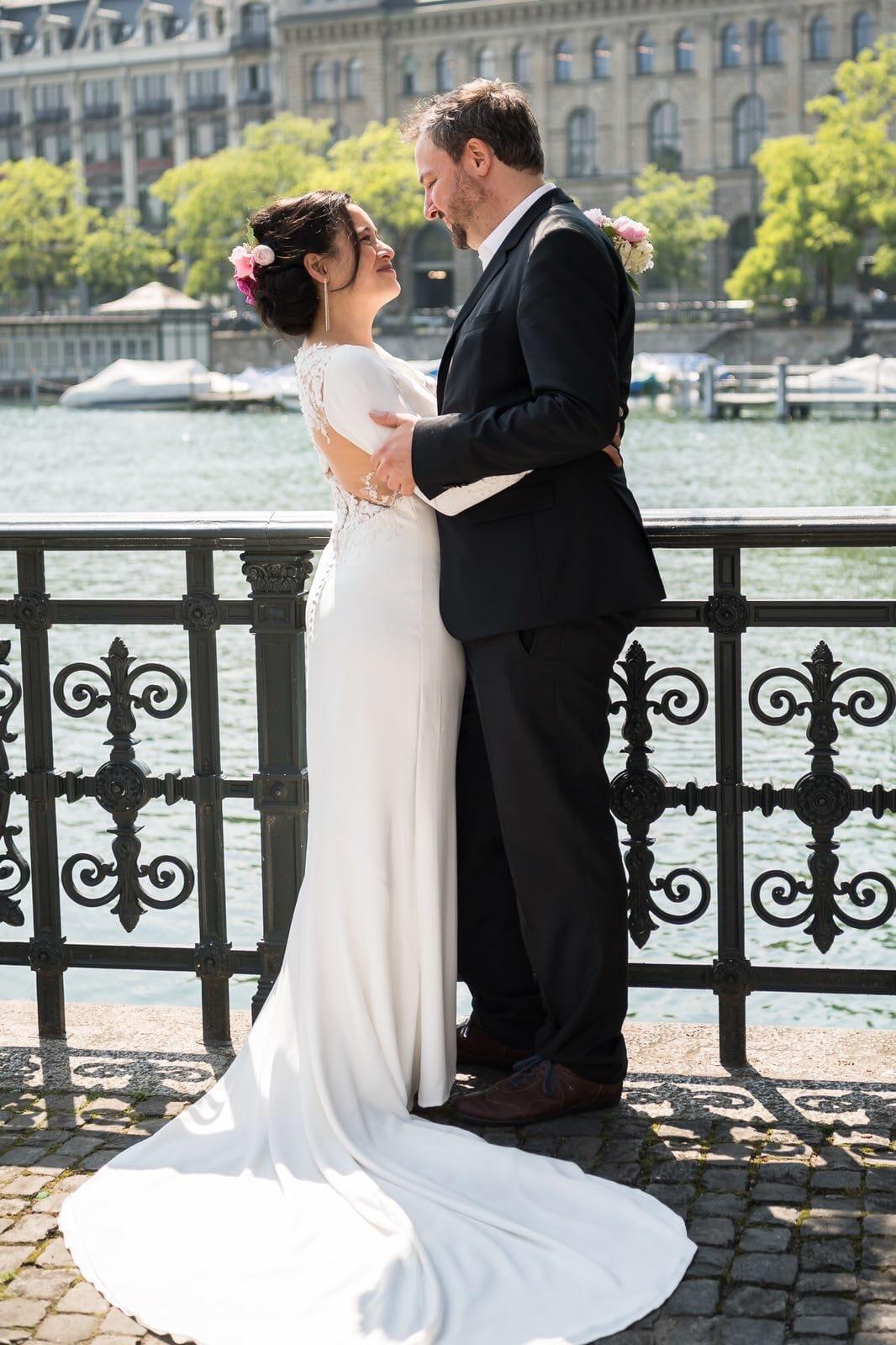 Intro-Bild mit Xuân-Minh & John als Hochzeitspaar - 1 Tag bevor die Royal Wedding Zitronen-Holunderblüten-Torte serviert wurde