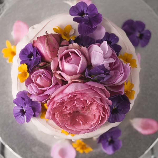 Minh Cakes Torte mit Frischblumen