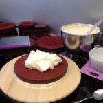 Torte wird mit Buttercream gefüllt