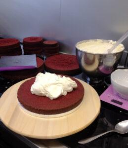 Torte wird mit Buttercream Füllung gefüllt
